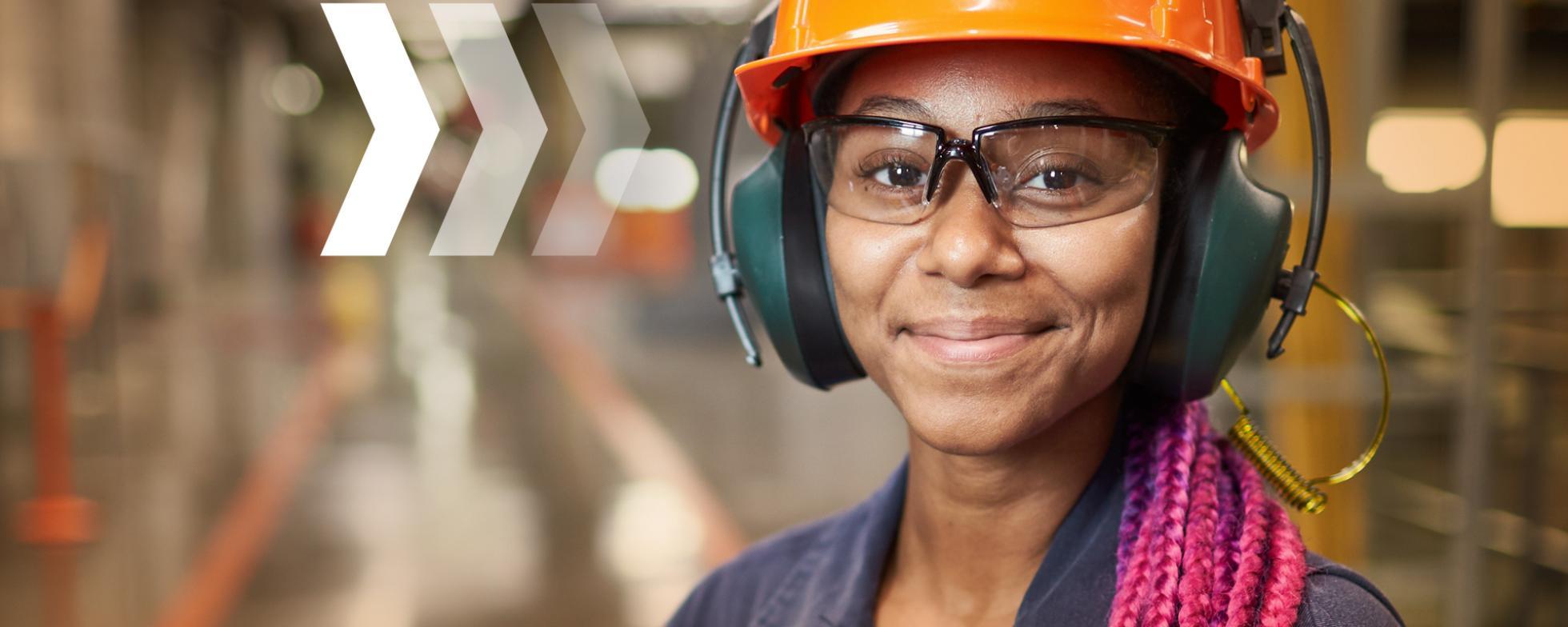 femme dans un milieu industriel regardant la caméra
